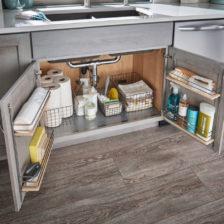 Umieść środki czyszczące w szafce pod zlewem
