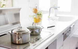 Warto dbać o to, aby nie trzymać w kuchni zbędnych przedmiotów