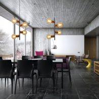 Dobrze znaną dekoracją wnętrza w stylu loft stały się lampy z żarówkami Edisona