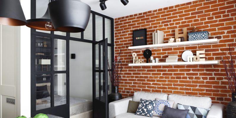 Elementy dekoracyjne nie przeszkadzają wnętrzu urządzonym w stylu loft, a co więcej wypełniają je emocjami