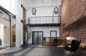 Loft dobrze współgra z minimalizmem i jest trafną podstawą dla bardziej współczesnych stylów