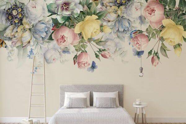 Umieszczanie kwiatowych motywów tuż pod sufitem także należy do trendów 2020. Pastelowe kolory uczyniły tę tapetę doskonałą ozdobą waszych sypialni.