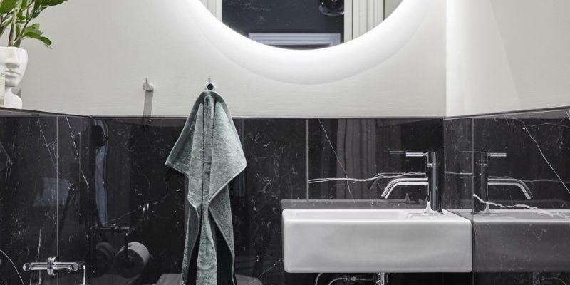 Elementem jednocześnie oświetleniowym oraz dekoracyjnym może być podświetlane lustro