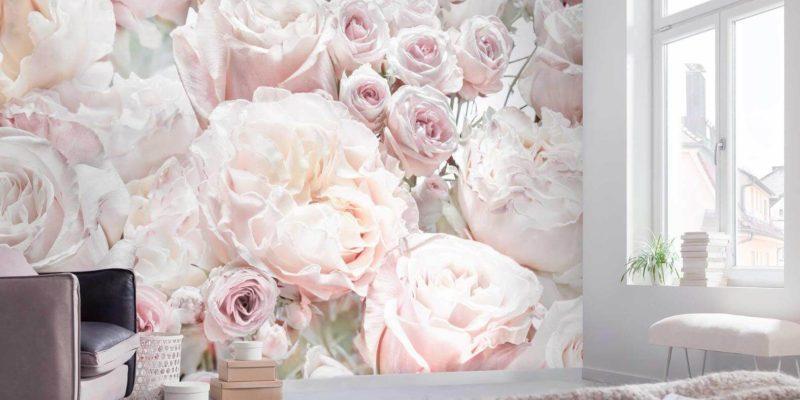 Stylowa, swobodna sypialnia z użyciem fototapety z kwiatowym motywem