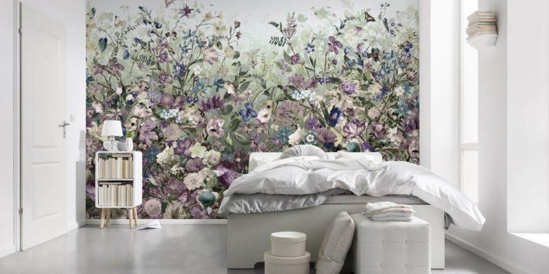 Minimalistyczne wnętrze nie musi być nudne! Kwitnąca łąka na ścianie może być jedyną ozdobą sypialni