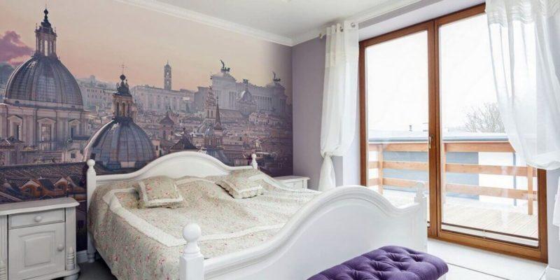 Akcenty w kolorze fioletowym nadają wnętrzu sypialni luksusowego wyglądu