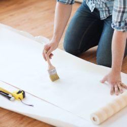 Czy można przykleić tapetę na farbę - tak, ale tylko jeśli zrobisz to w poprawny sposób!