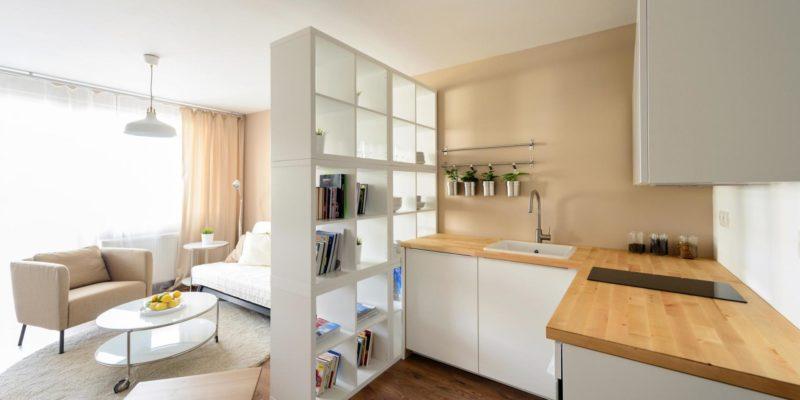 Uporządkowana kuchnia i minimalistyczny wystrój pozwolą poczuć się swobodnie nawet w małym mieszkaniu