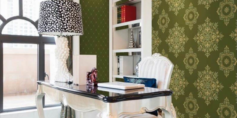 Żakardowa tapeta wygląda drogo i podkreśla wyrafinowany styl mieszkania