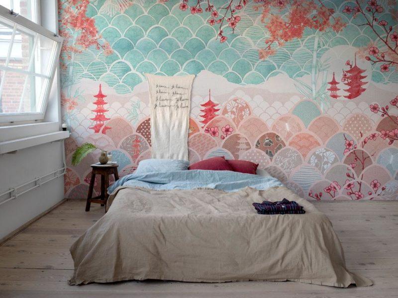 Jaskrawa orientalna fototapeta z powodzeniem może być jedyną dekoracją minimalistycznej sypialni