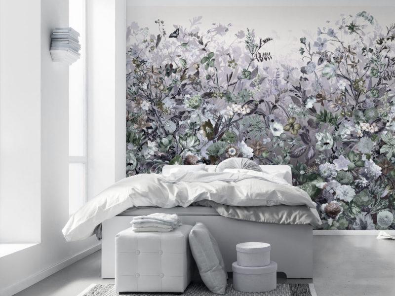 Kwiatowa łąka w szarych odcieniach doskonale wygląda na tle białych ścian i mebli