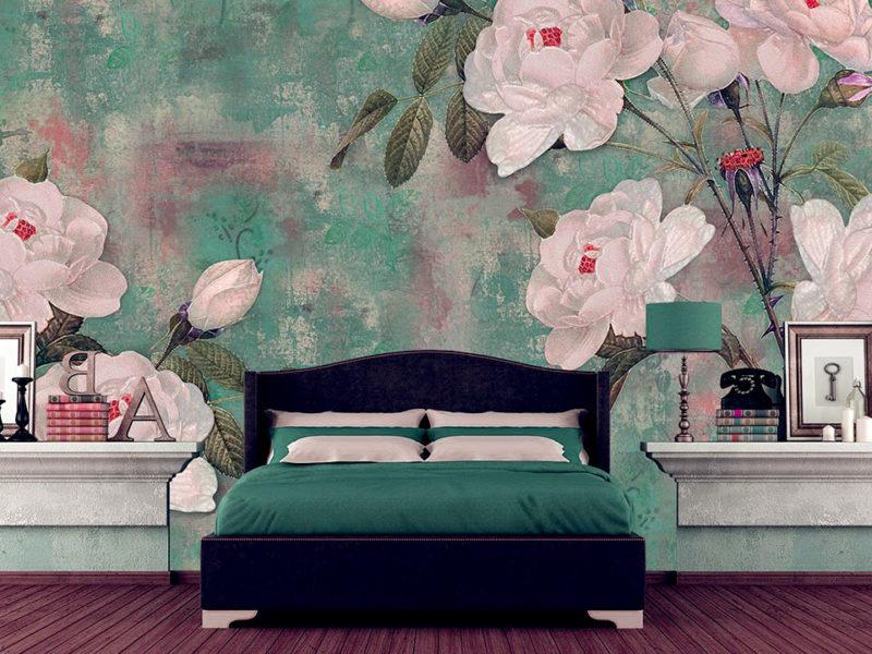 Nie bój się jaskrawych kolorów! Białe róże na soczystym zielonym tle doskonale się łączą z jaskrawymi akcesoriami.