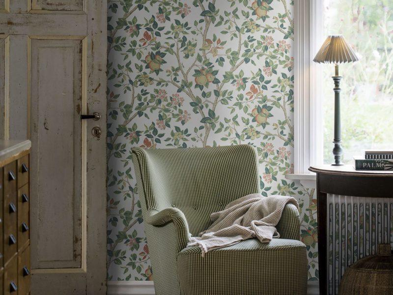 Ładnie będą wyglądać w rustykalnym wnętrzu także tapety w drobne motywy kwiatowe.