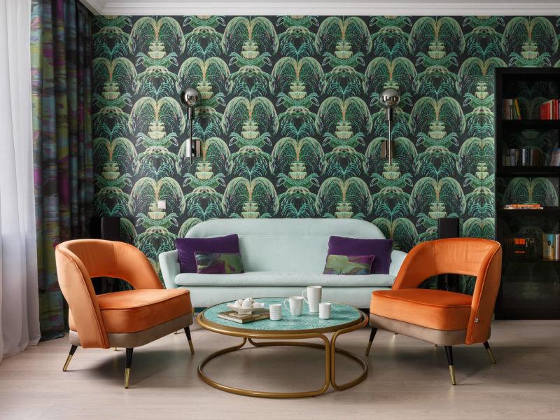 Soczysta zieleń tapety doskonale łączy się z jaskrawymi meblami