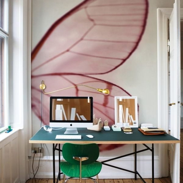 Fototapeta ze skrzydłem motyla to minimalistyczna, a zarazem niezwykle stylowa dekoracja domowego biura