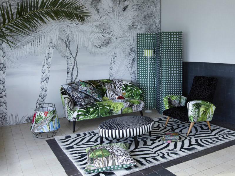 Tropikalny motyw może się znaleźć zarówno na ścianie, jak i na meblach czy tekstyliach. Tajemnica stylowego połączenia - czarno-białe wzory i odrobina akcentującej zieleni.