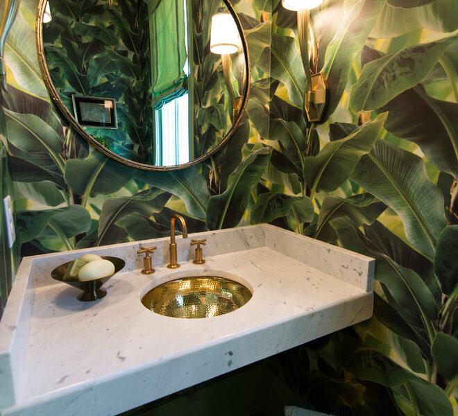 Fototapeta z liśćmi bananowca - to klasyczne już rozwiązanie dla niewielkiej stylowej łazienki.