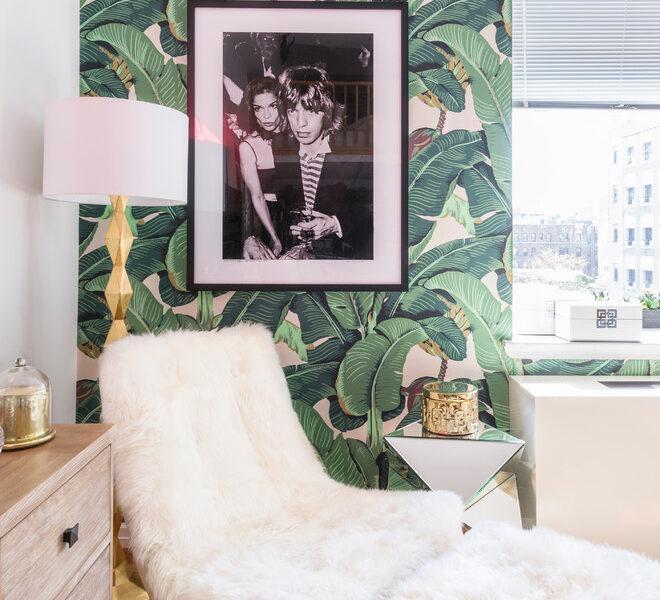 Złote dodatki i czarno-białe zdjęcia nadają wnętrzu z tropikalną fototapetą luksusowego wydźwięku.