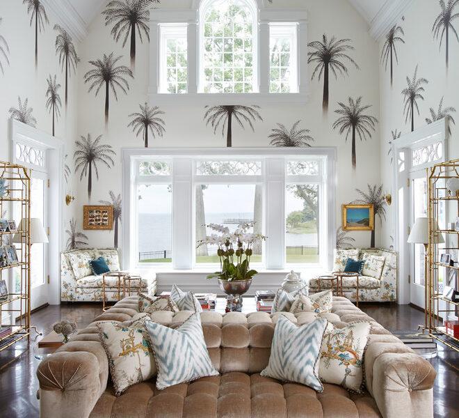Tropikalny motyw nie musi być zielony. Spokojne kolory i regularny wzór pomogą stworzyć wnętrze w kolonialnym stylu we współczesnej rozkosznej odsłonie.