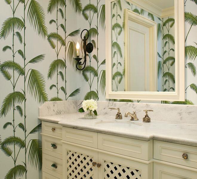 Spokojne i stonowane, zielone liście w połączeniu z białymi meblami wyglądają drogo i elegancko.