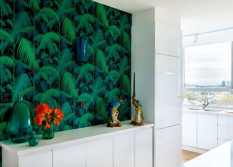 Fototapeta z zielonymi liśćmi na czarnym tle może być jednym kolorowym akcentem we wnętrzu. Dzięki temu mieszkanie będzie wyglądało świeżo, minimalistycznie i przestronnie.
