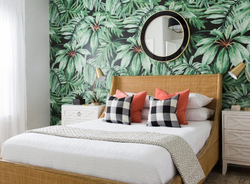 Sypialnia z tropikalną fototapetą pozostanie aktualna nawet za 5 czy 10 lat.
