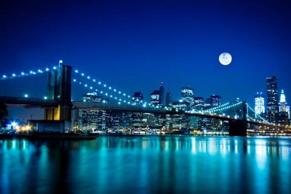 Scena nocy Brooklyn Bridge i New York City