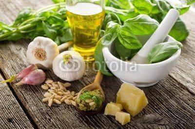 Fototapeta pesto over spoon -cucchiaio con pesto